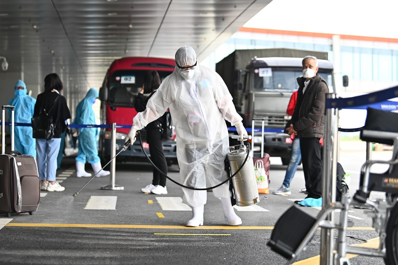 Sân bay Vân Đồn đón 298 người Việt từ Nhật theo quy trình khép kín ngoài nhà ga