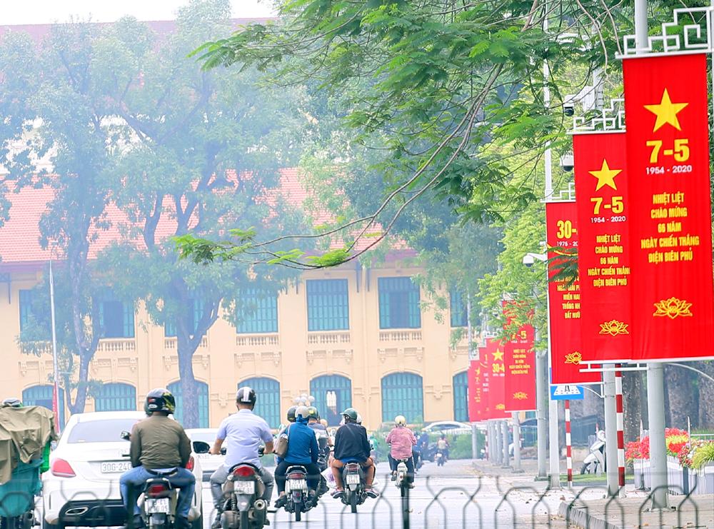 Đường phố Hà Nội rợp cờ hoa chào mừng các ngày lễ lớn của đất nước