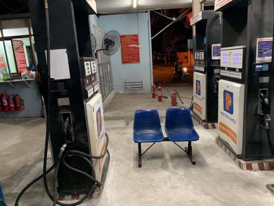 Hà Nội: Phát hiện cây xăng trong bồn còn 20.000 lít nhưng từ chối bán cho dân