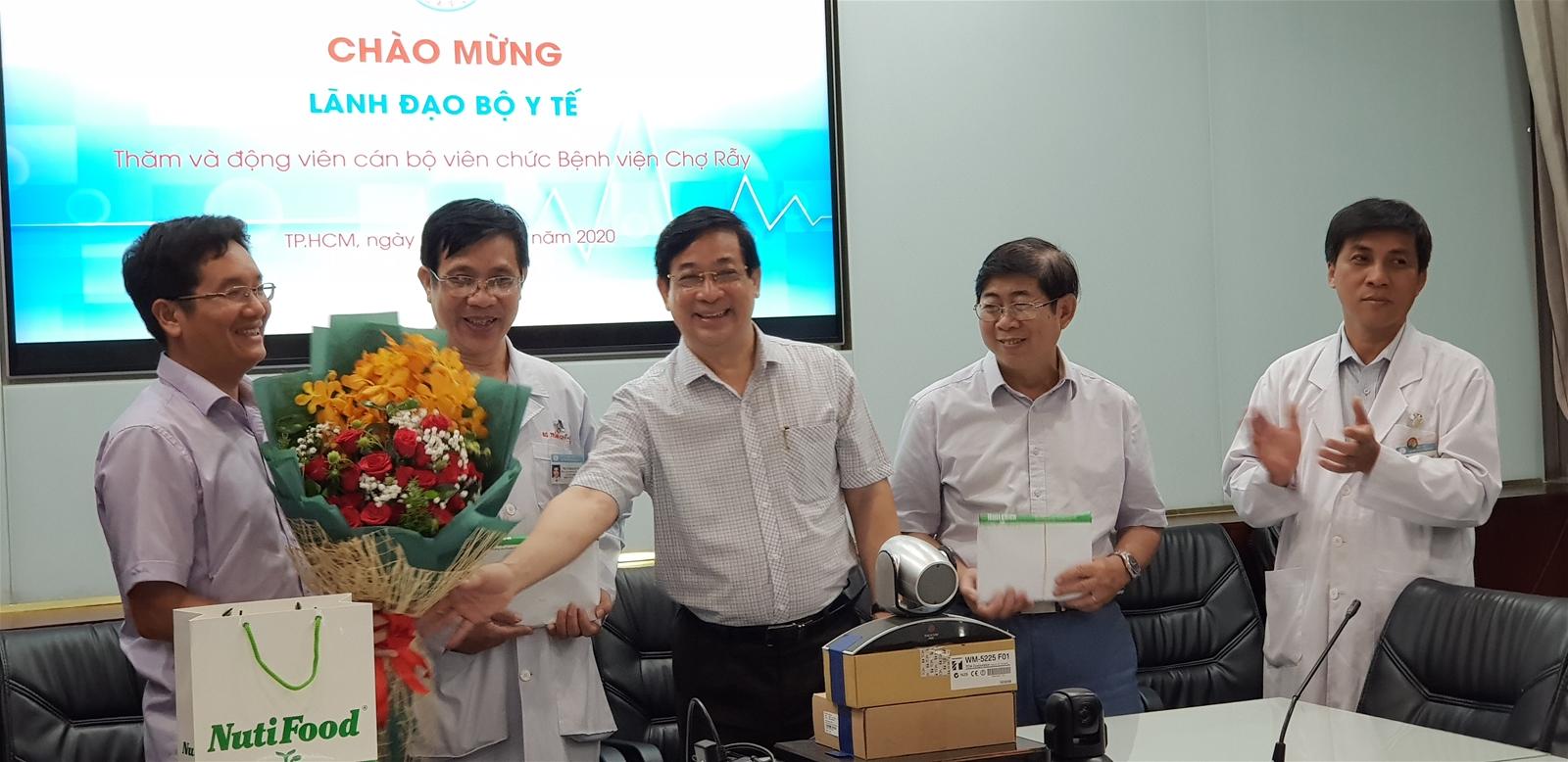 NutiFood tặng 600 triệu đồng cho 2 bệnh viện điều trị thành công bệnh nhân 91
