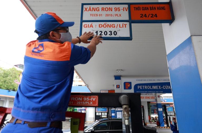 Giá xăng dầu tăng mạnh từ 15h chiều nay (27/6)