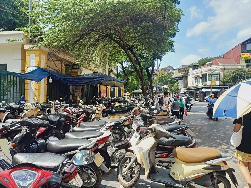 Quận Hoàn Kiếm: Vỉa hè thành bãi gửi xe, người dân bị đẩy xuống lòng đường