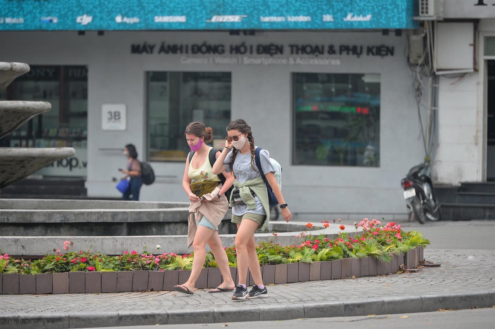 Hà Nội: Hàng quán đóng cửa, khách du lịch nước ngoài ai cũng đeo khẩu trang