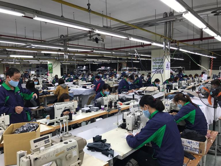 """""""Cuộc chiến lấn sân"""" sản xuất khẩu trang giữa các thương hiệu"""