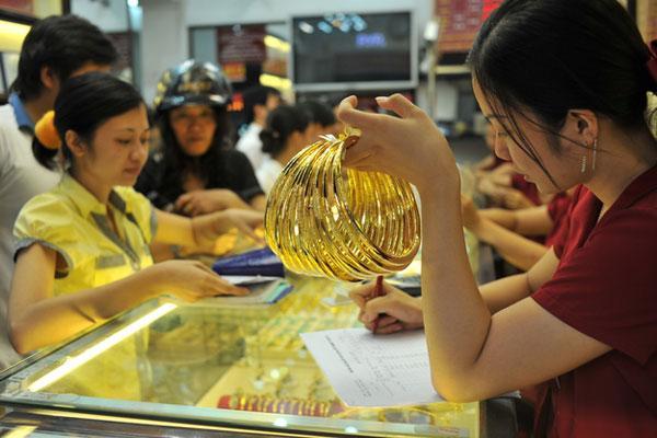Giá vàng SJC quay đầu tăng nhẹ, tỷ giá bất động chờ thị trường