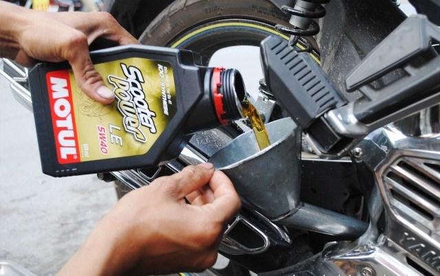 Tầm quan trọng của việc thay dầu xe máy mỗi khi mùa mưa tới