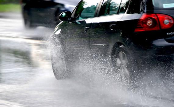 Kỹ năng cần có để luôn an toàn khi lái xe trên đường trơn trượt