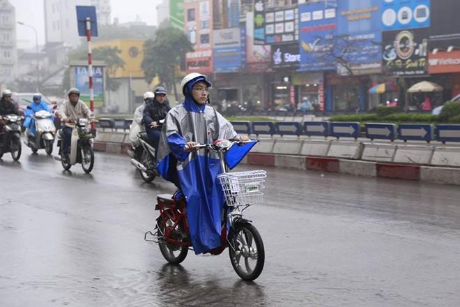 Cần hạn chế đi xe đạp điện khi trời mưa!