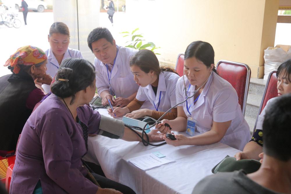 Bảo Việt Nhân Thọ tổ chức khám bệnh và tặng quà cho 600 người nghèo tại Nghệ An