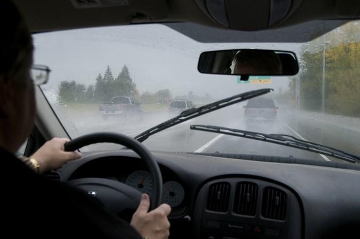 Hướng dẫn cách lái xe an toàn khi trời mưa