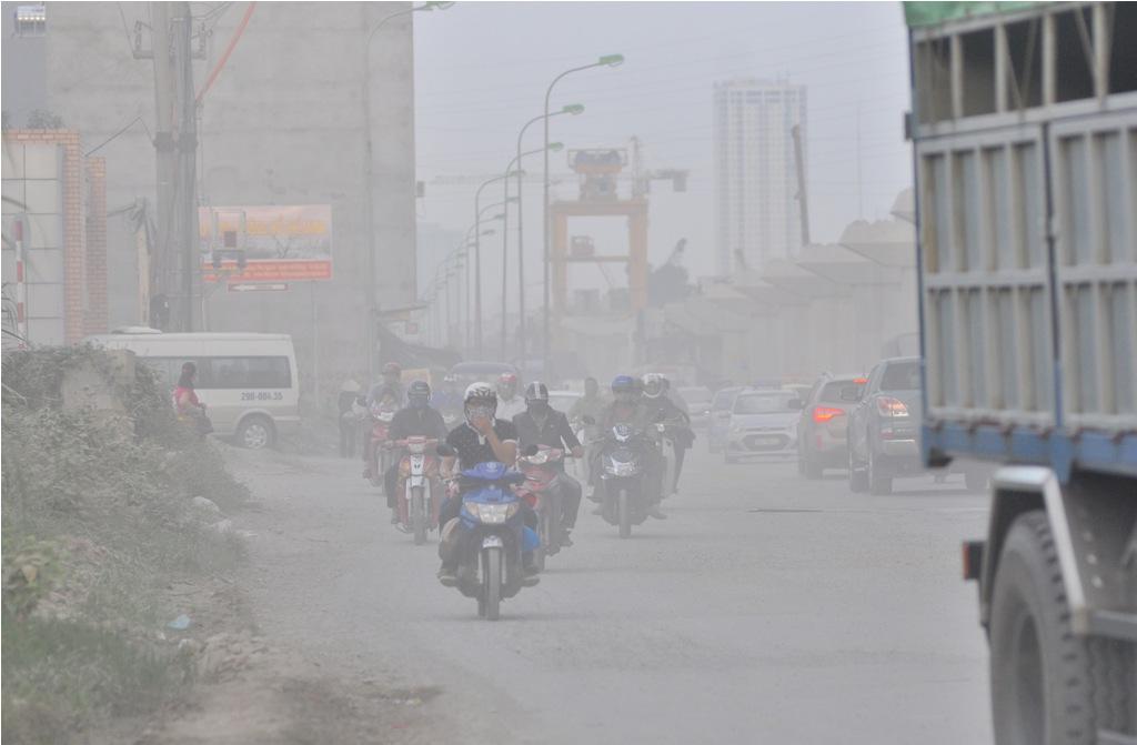 Cửa ngõ phía tây Thủ đô tràn ngập khói bụi mù mịt