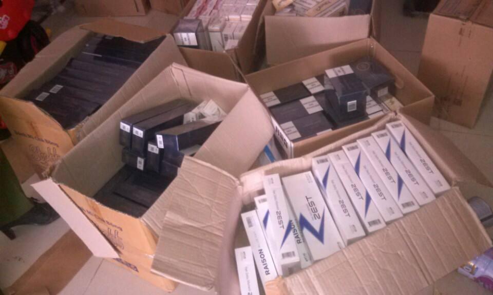 Hà Nội: Cửa hàng tạp hóa chứa hơn 3.000 bao thuốc lá lậu