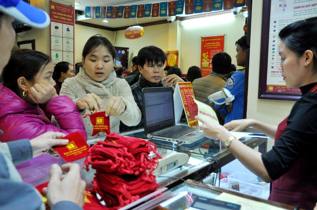 Ngày vía Thần Tài: Người Hà Nội bỏ cả buổi sáng để xếp hàng mua vàng cầu may