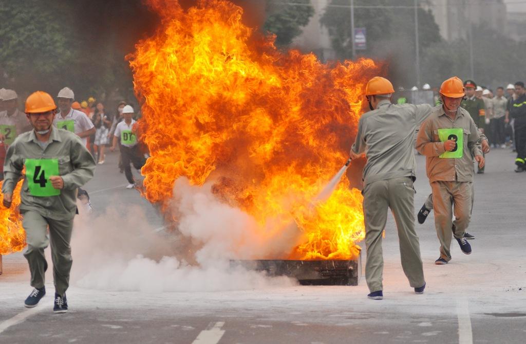 Hà Nội: Nhân viên siêu thị trổ tài... chữa cháy