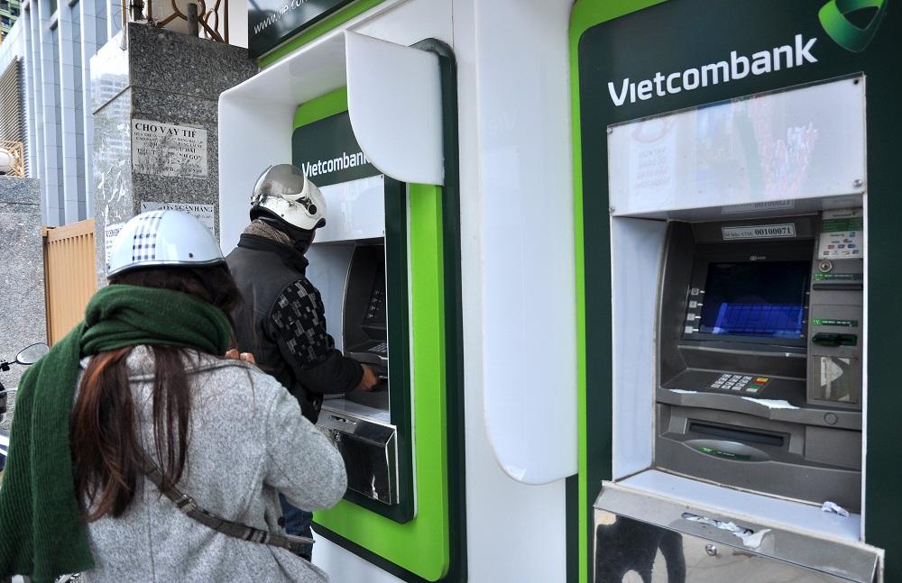 """Tiết kiệm tiền trong thẻ ATM Vietcombank, """"bỗng dưng"""" mất 52 triệu đồng"""
