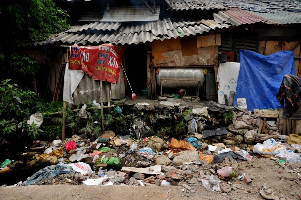Đoạn kênh ngập rác thải, nhiều ruồi muỗi ở Hà Nội