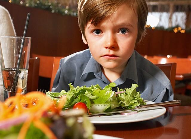 Một số nghiên cứu cho rằng, trẻ bị tử kỷ là do rối loạn nội tiết và bị dị ứng với một số chất hóa học