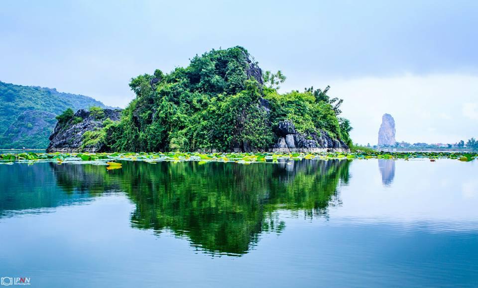 Hồ Quan Sơn đẹp bởi sự pha quyện giữa những ngọn núi đá vôi lừng lững bên mặt Hồ, trên mặt nước là những thảm thực vật phong phú