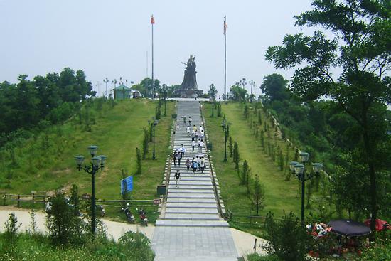 Quần thể di tích Đền Sóc nằm ở khu vực núi Vệ Linh