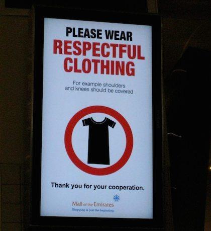Tấm biển đề nghị mặc quần áo lịch sự xuất hiện tại rất nhiều nơi ở Dubai.