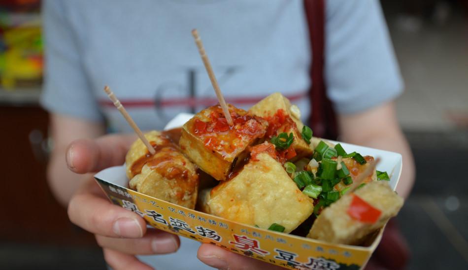 Đây là món ăn vặt được yêu thích ở Trung Quốc, trong đó đậu phụ được để lên men, thậm chí có mốc, trước khi đem rán giòn và ăn cùng tương ớt. Nhiều người