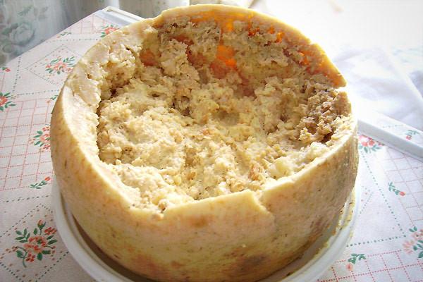 Loại phô mai sữa cừu này của Italy khá khác thường, với những con giòi bò lổm ngổm bên trong. Một số người lấy chúng ra khỏi phô mai trước khi ăn, số khác thì không. Món ăn này thậm chí còn bị cấm ở nhiều nước vì vấn đề an toàn thực phẩm. Ảnh:Always Foodie.