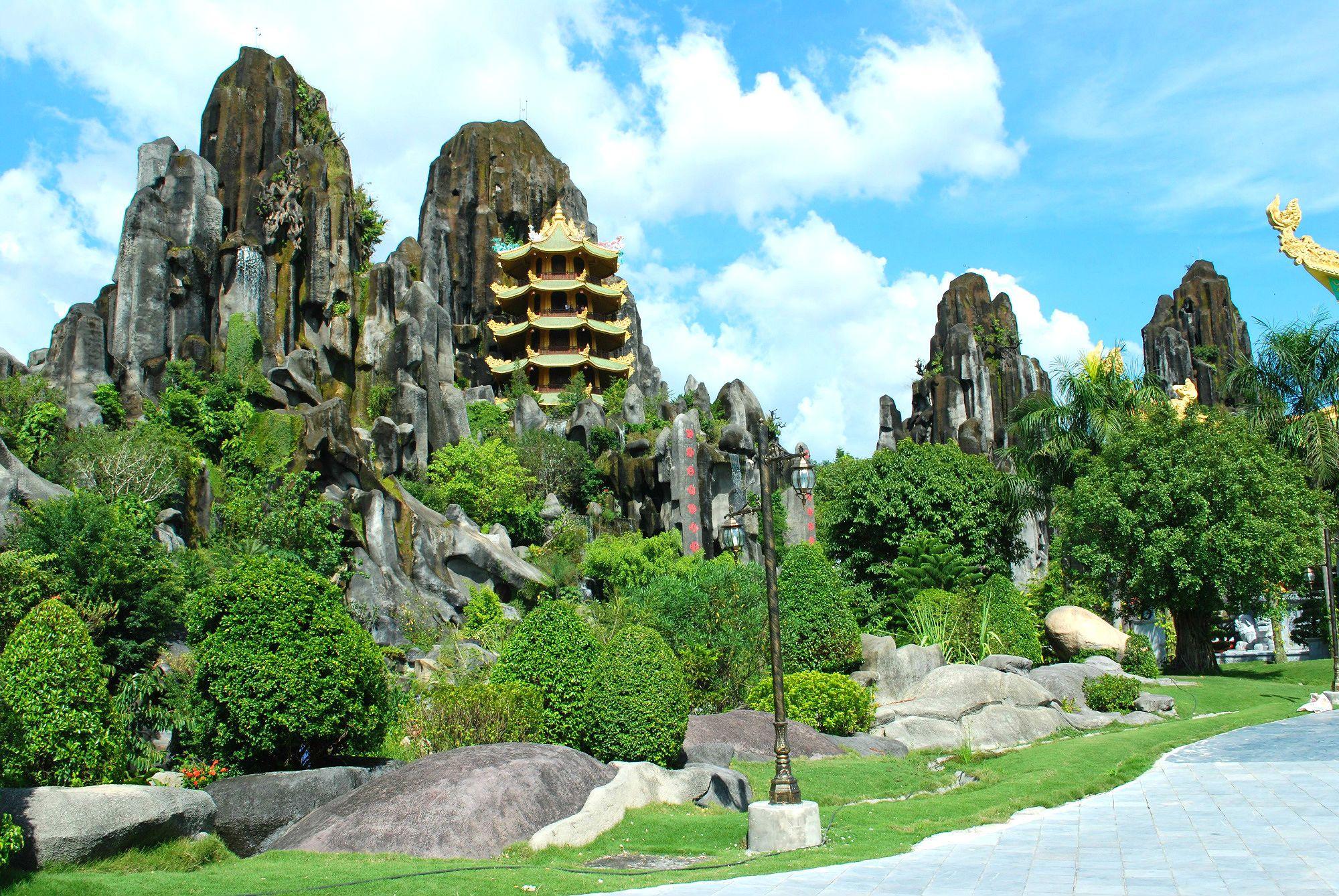 12 điểm du lịch tâm linh tại Việt Nam được nhiều khách hành hương ghé thăm