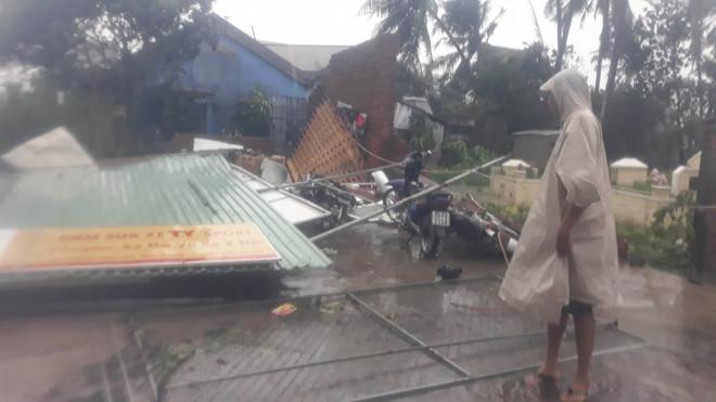 Bão Damrey ập vào Khánh Hòa, hàng nghìn ngôi nhà tốc mái, sập tường