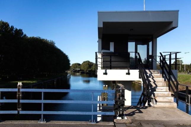 Nhà trên cầu Meeuwenpleinbrug, xây dựng từ năm 1960 tọa lạc tại phía Bắc Amsterdam