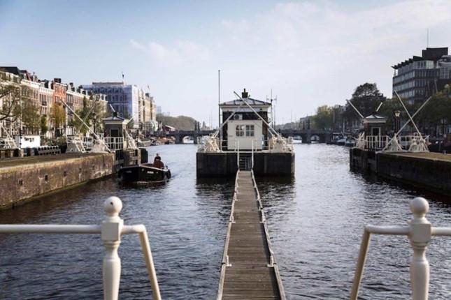 Nhà trên cầu Amstelschutsluis được xây dựng từ năm 1673 với tầm nhìn giữa sông