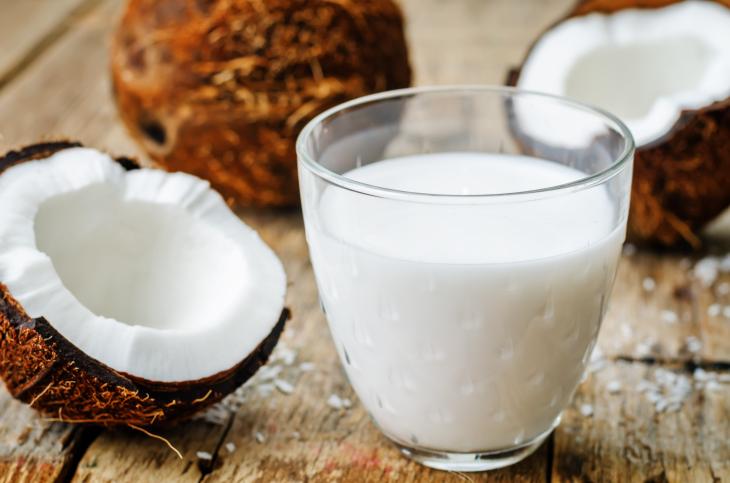 Cốt dừa được xem là lựa chọn hàng đầu để chống lại những cơn thèm ăn hoặc thiếu năng lượng khi mới kê tô.