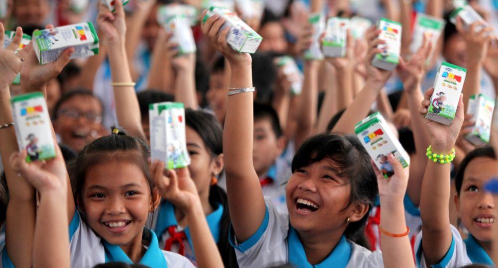 Vinamilk trao 76.500 ly sữa nhân ái tới trẻ em Vình Long