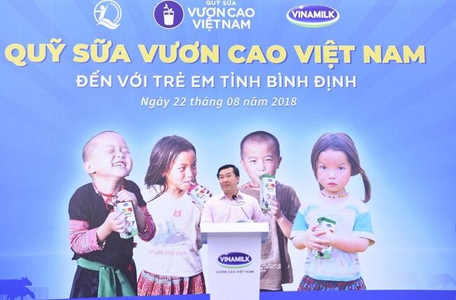 Quỹ Sữa vươn cao Việt Nam tiếp tục trao 64.000 ly sữa cho trẻ em Bình Định