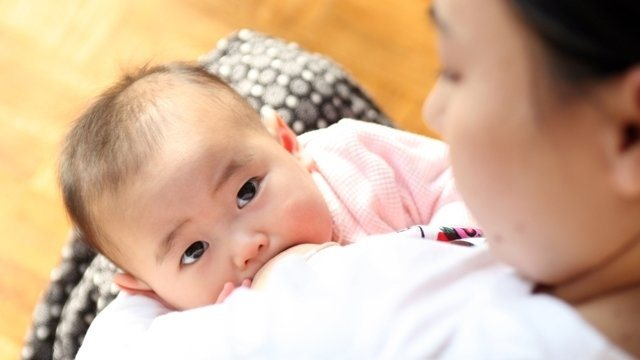 Trẻ bú mẹ càng lâu càng thông minh hơn?