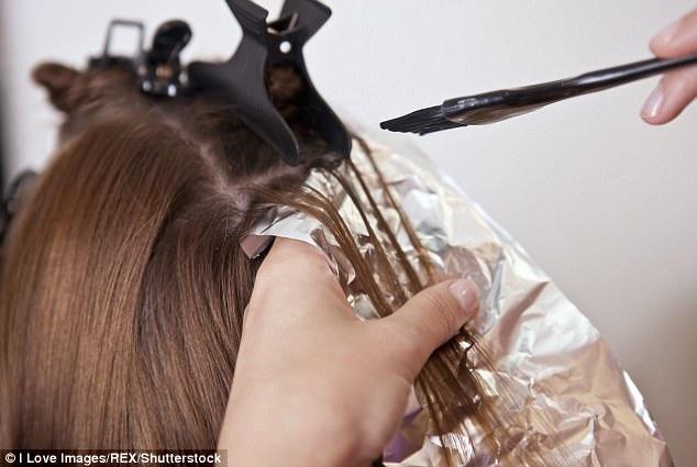 Nghiên cứu mới: Nhuộm tóc nhiều gây ung thư vú