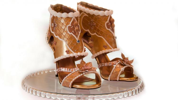Đôi giày đắt nhất thế giới giá hàng trăm tỉ đồng có gì đặc biệt?