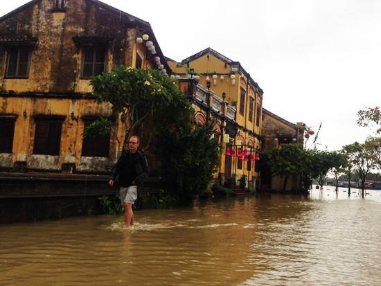 Ngập lụt nghiêm trọng, Hội An khẩn cấp di dời người dân và du khách