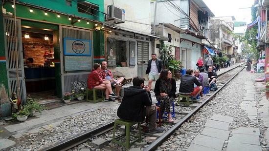 Hà Nội: Dẹp bỏ các quán cà phê kinh doanh giữa đường ray tàu hỏa