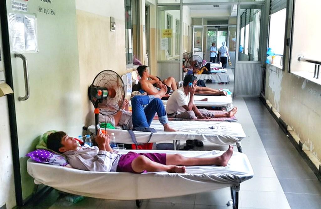 Bệnh nhân sốt xuất huyết nằm la liệt vì thiếu giường.