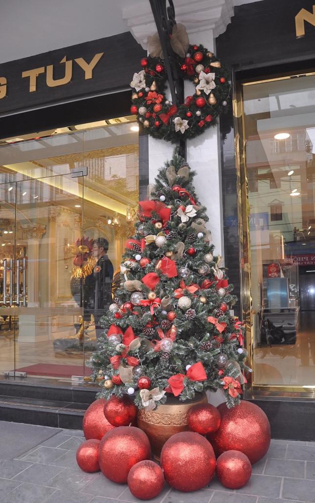 Giáng Sinh cận kề, Hà Nội bừng sáng với nhiều cây thông rực rỡ