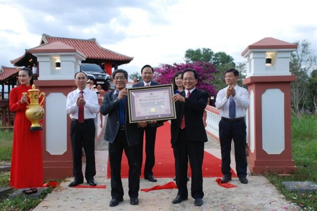 Trao kỷ lục cho cây cầu gỗ lợp ngói dài nhất Việt Nam - ảnh 3