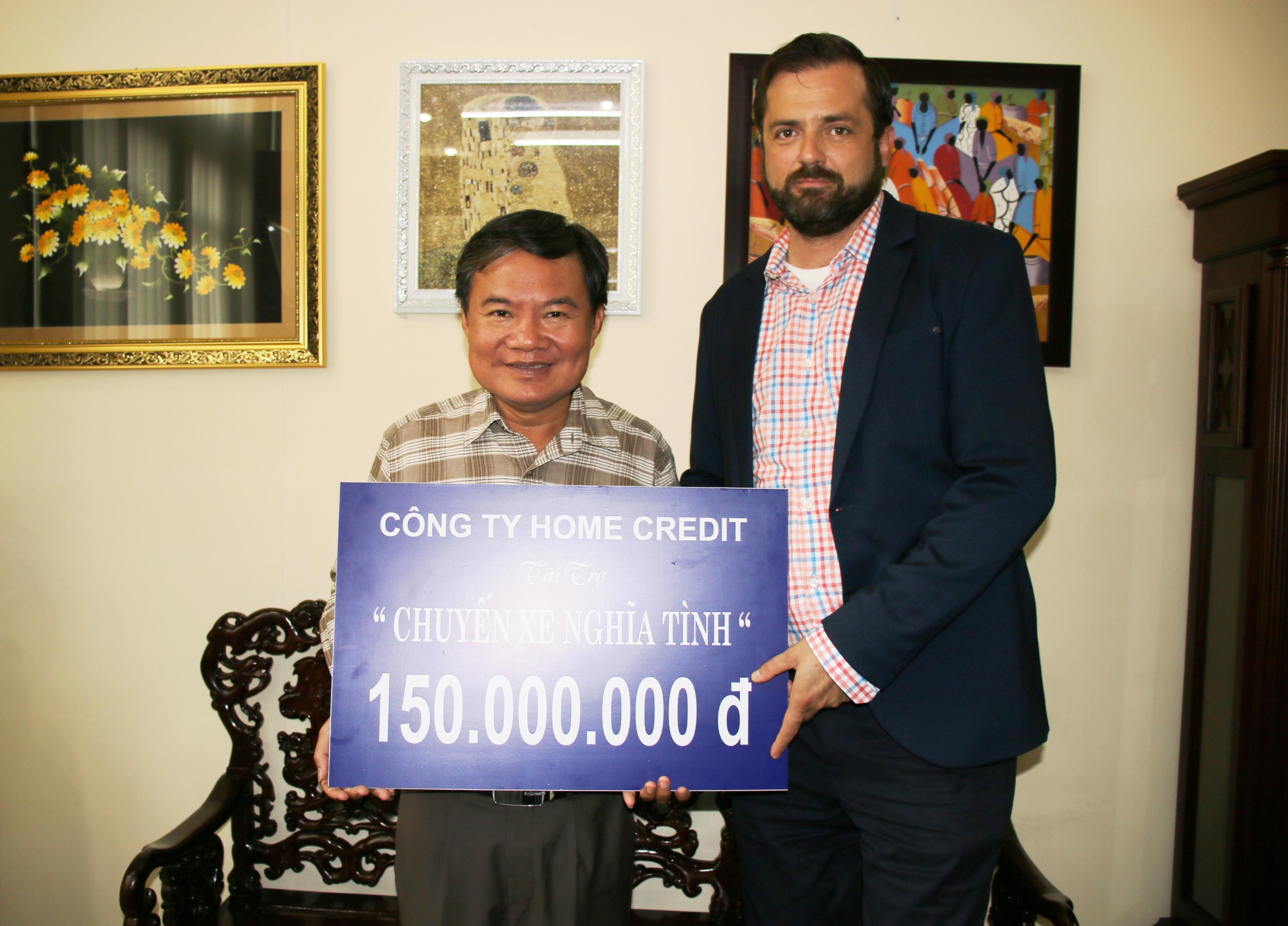 : Ông Branislav Vargic, Giám đốc điều hành Home Credit Việt Nam, trao bảng tượng trưng cho Thượng tá Bùi Anh Tấn, phó tổng biên tập báo Công an TP HCM.