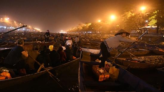 Chùa Hương chính thức khai hội, hàng ngàn du khách trẩy hội từ đêm