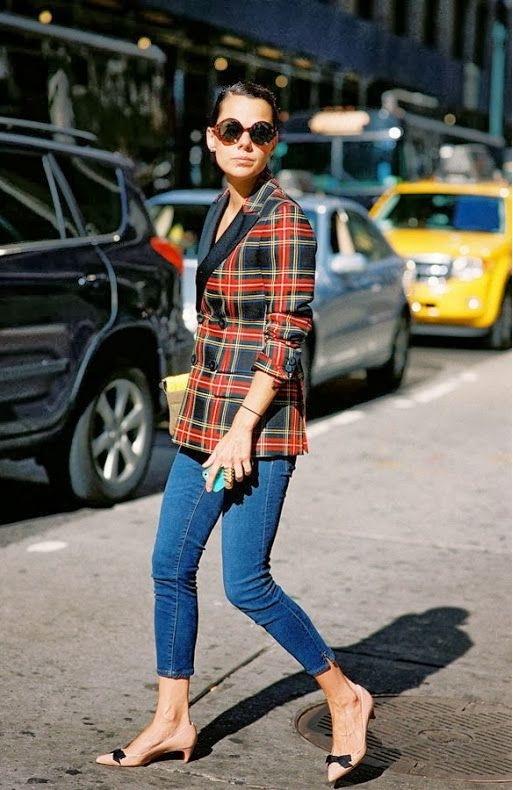 Sơ mi trễ nải, quần jeans, kết hợp với giày Kitten Heel tạo nên một tổng thể rất style và trẻ trung.