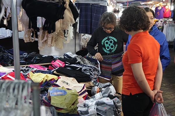 Người tiêu dùng hồ hởi lựa chọn quần áo trong các gian hàng của hội chợ.
