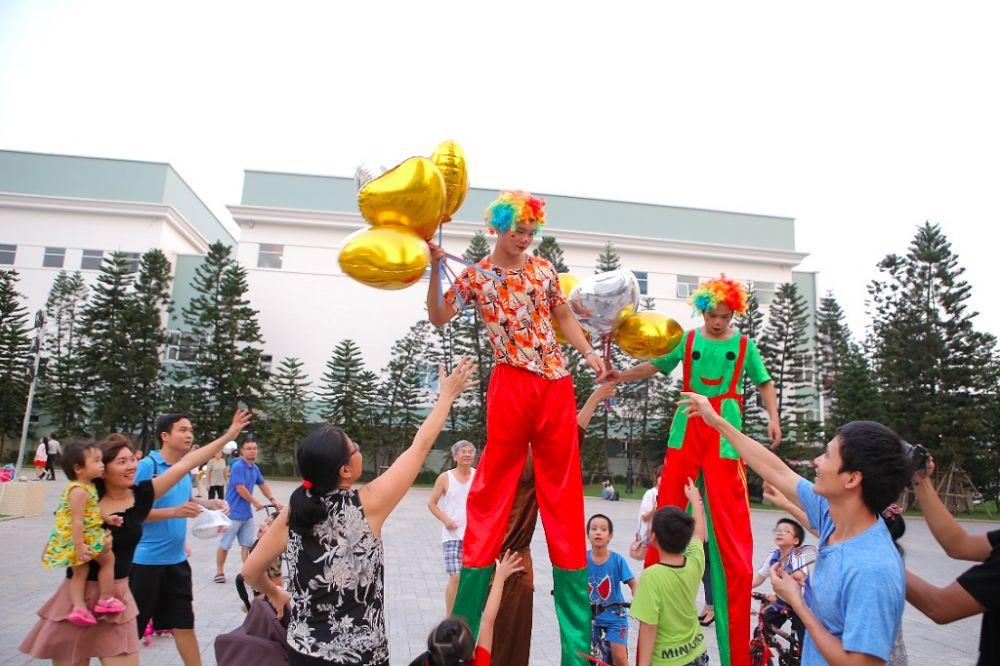 Hàng loạt các tiết mục biểu diễn đường phố hấp dẫn được tổ chức tại Vincom trên toàn quốc