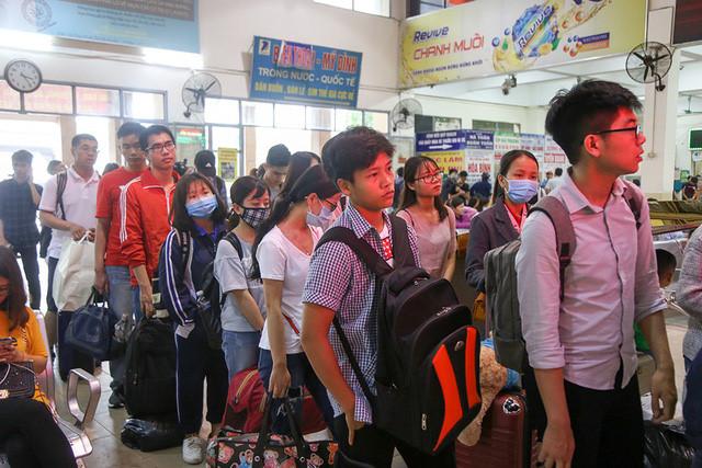 Người dân nghẹt thở rời khỏi Hà Nội trước kỳ nghỉ lễ - ảnh 1