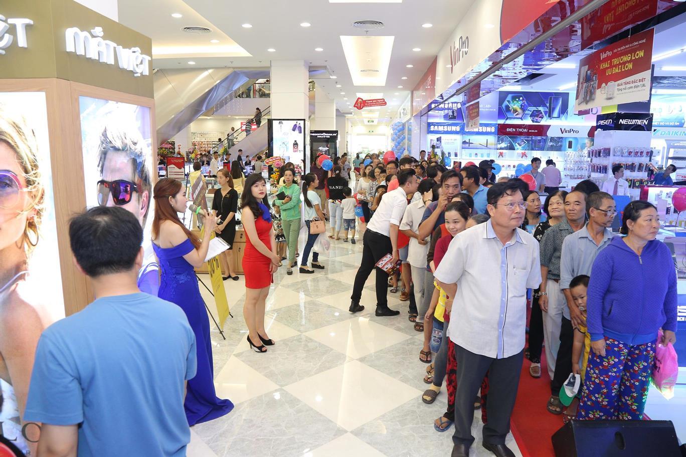 Hàng trăm khách hàng đang xếp hàng dài chờ đến lượt mua hàng với giá đặc biệt ưu đãi