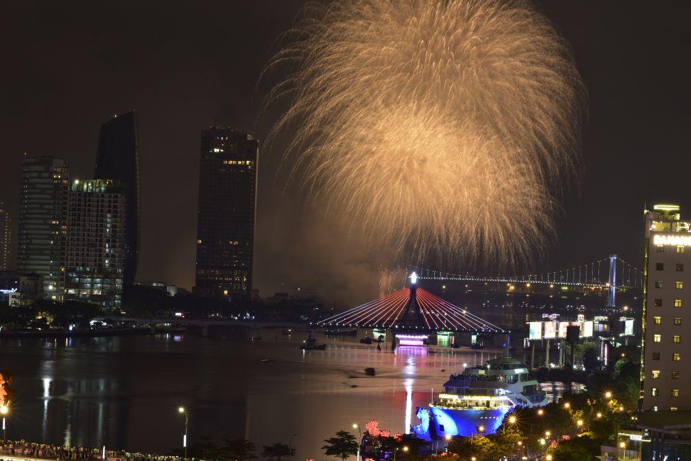 Đà Nẵng: Du khách háo hức săn lùng vé pháo hoa