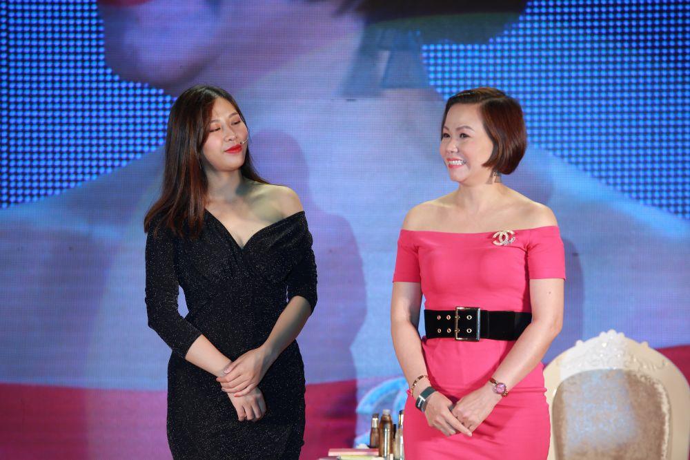 Chị Minh Đức (bên phải) - Giám đốc sản xuất thương hiệu thời trang cao cấp Seven.AM rạng rỡ với khuôn mặt được trang điểm bằng kem nền trộn với DeAura Intensive Facial Serum chứa vàng 24K nguyên chất